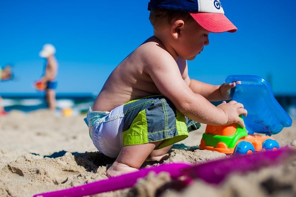 Come difendere i bambini dal sole e dal caldo