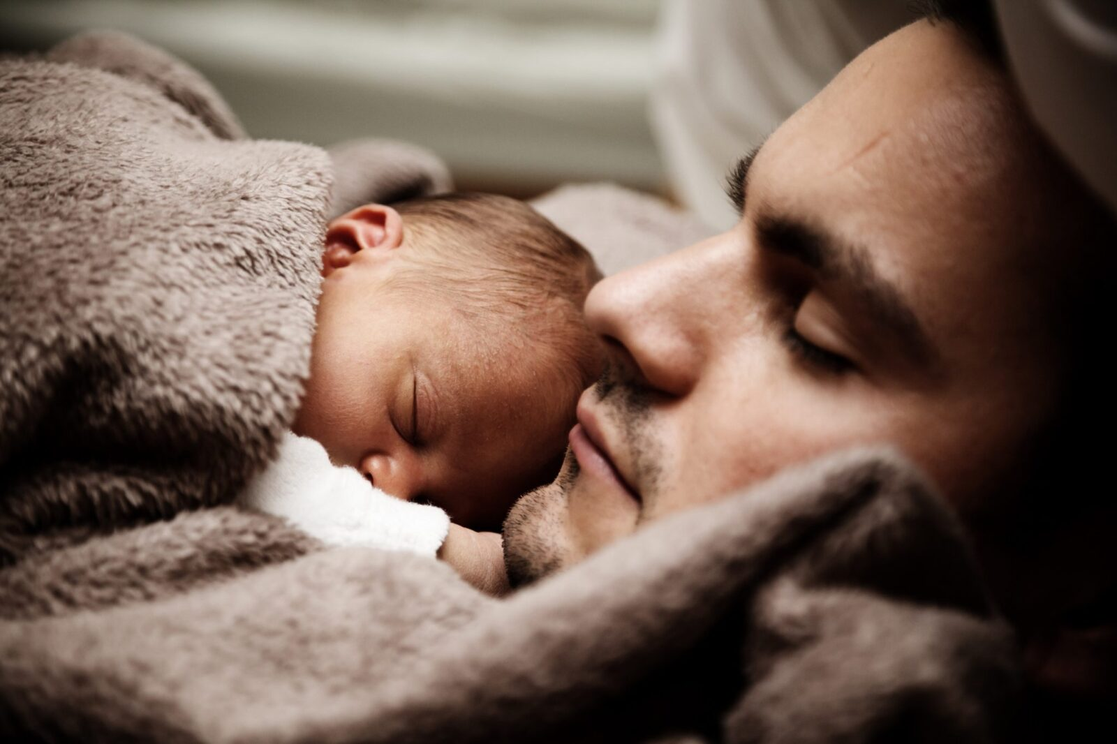 Come proteggere dal gelo la pelle di neonati e bambini, i suggerimenti della dermatologa