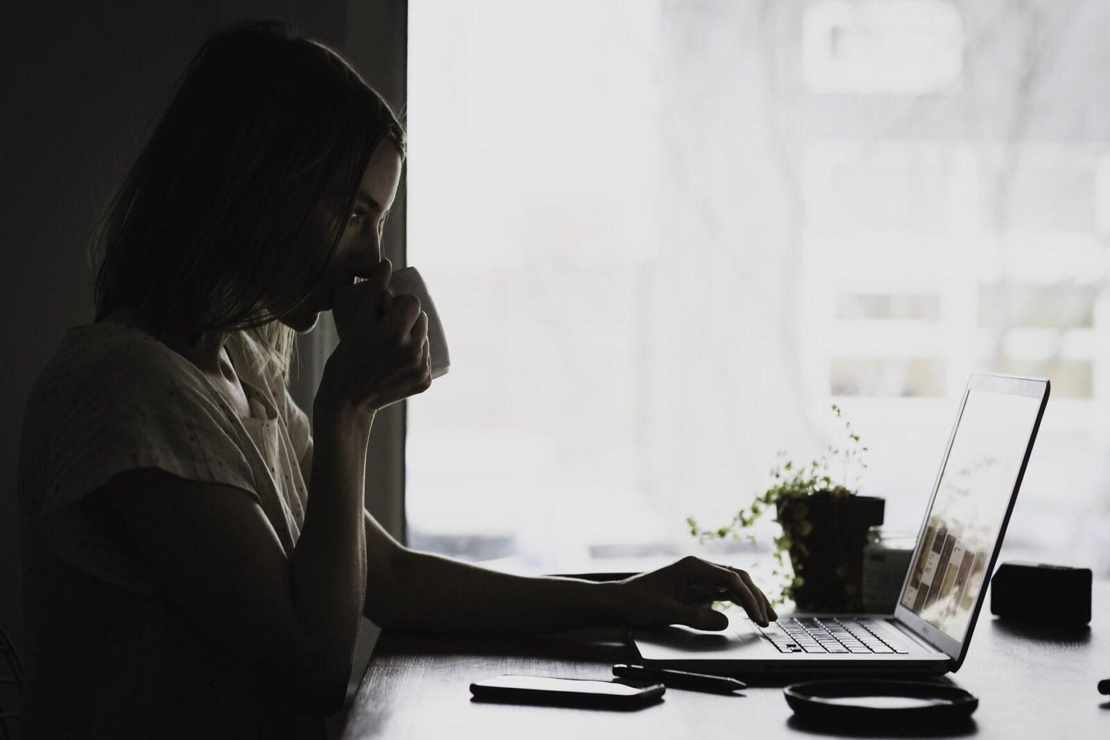 8 strategie per lavorare da casa senza trascurare i lavori domestici