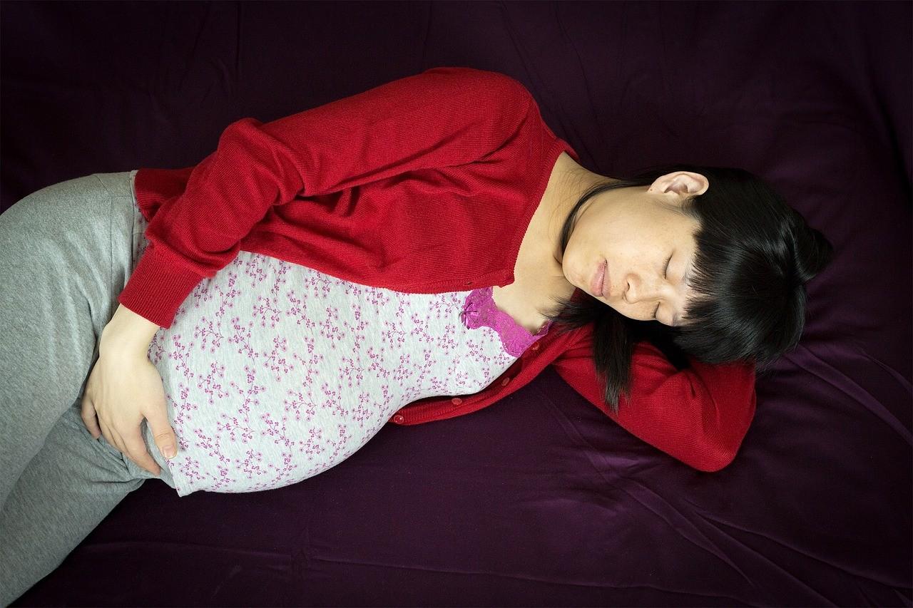 Come dormire bene durante la gravidanza