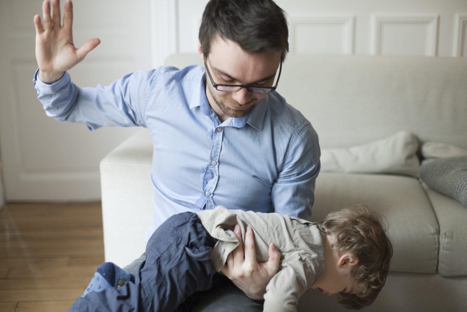 Sculacciare provoca danni a lungo termine ai bambini, la scienza non ha dubbi