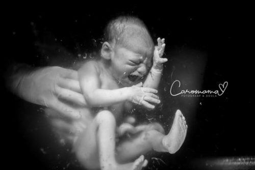 bambino appena nato in acqua