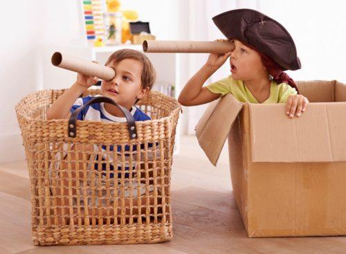 bambini che giocano con le scatole