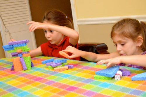 bambini giocano con spugne