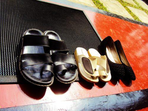scarpe davanti alla porta