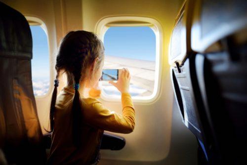 Come intrattenere i bambini durante i viaggi aerei