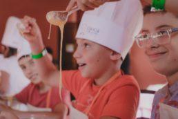 """Bambini """"Cuochi per un giorno"""" insieme agli chef stellati"""