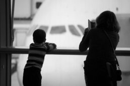 mamma e figlio all'aeroporto