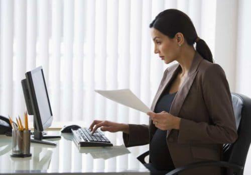donna incinta che lavora