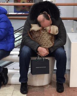 marito che aspetta moglie centro commerciale