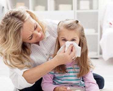 mamma soffia naso bambina