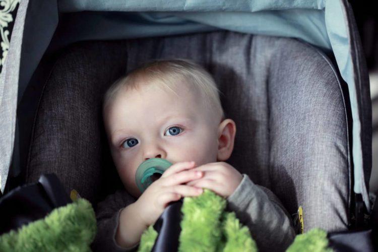 bambino in seggiolino auto