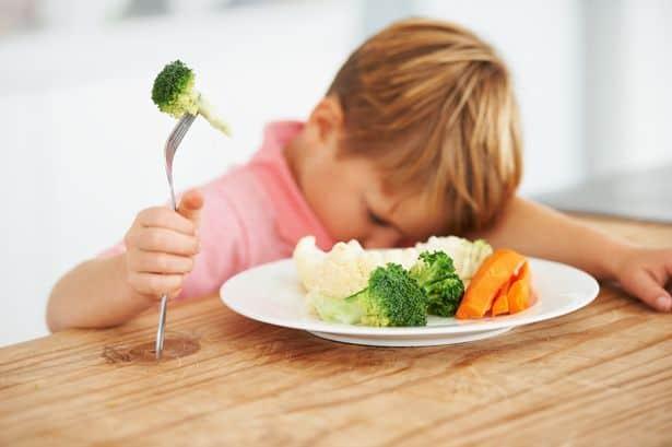 Bambino che non vuole mangiare