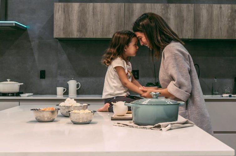 Baci mamma e figlia in cucina